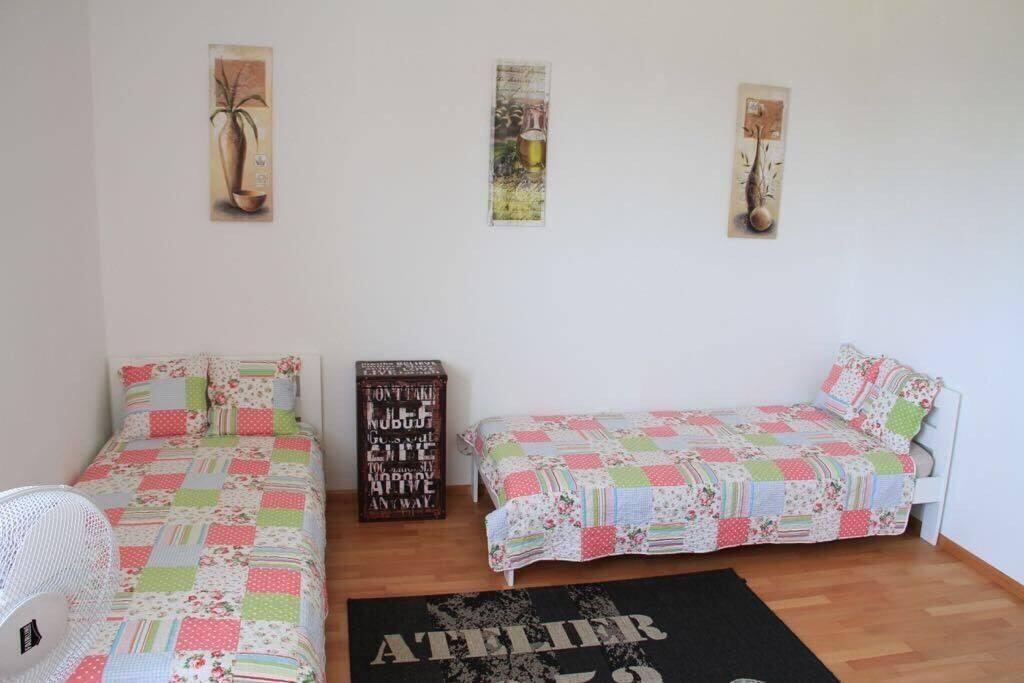 Schlafzimmer2 mit 2 Einzelbetten und Schreibtisch. Zustellbett vorhanden.