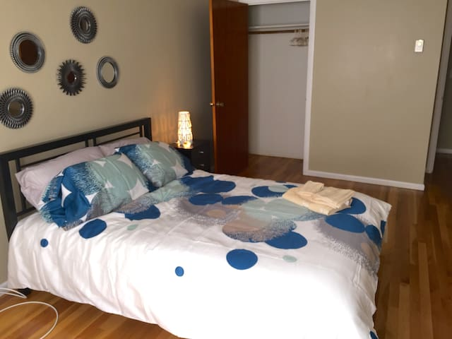 Comfy, Clean And Nice room. Beach at 3 min, T at 6 - Revere - Casa