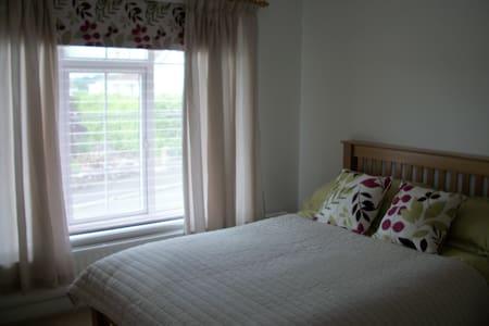 Sunny Self Contained flat in Village near Truro - Tresillian