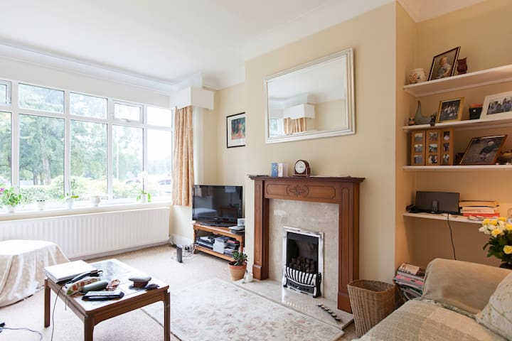 Large double room in detached house - Leeds - Bed & Breakfast