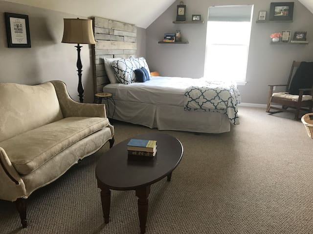 Family Friendly Upstairs Guest Room!