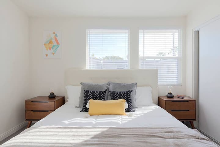 Anaheim Unit 8 · 2 Beds Apt with King Bed, 5 Min to Disneyland #G