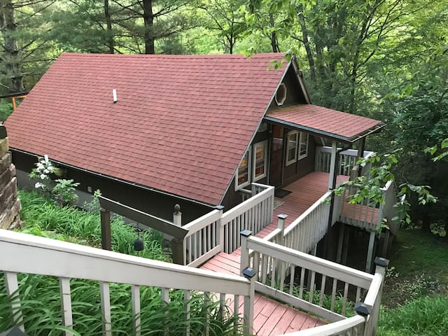 Convenient Location! Cozy Chalet near App Ski Mtn