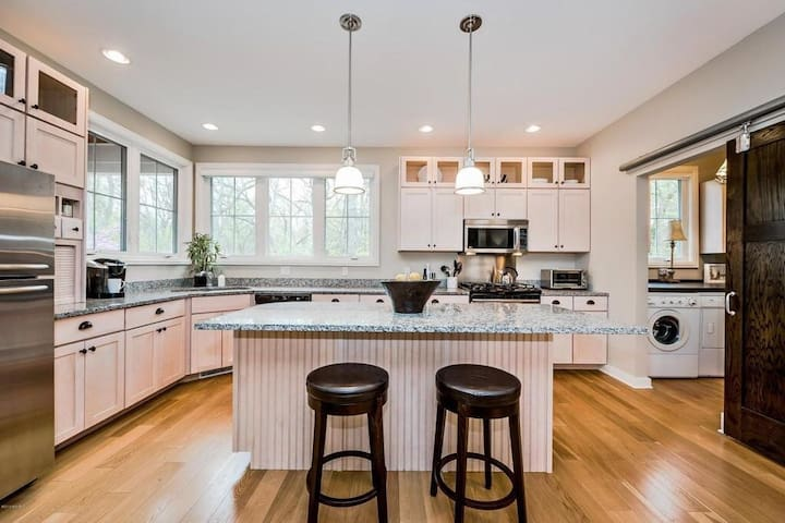 Gorgeous Lake House, 1 block from the beach - New Buffalo - Hus