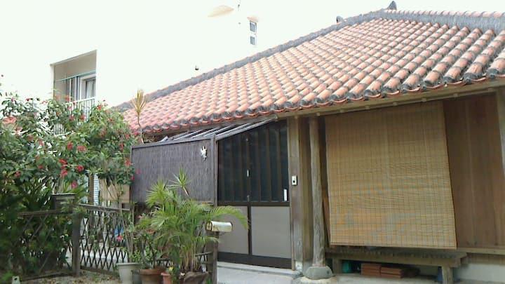 伝統的な赤瓦に花咲く庭。静かな敷地内別棟滞在Free Wi-Fi③「石垣島宿 はればれ」3名1室利用