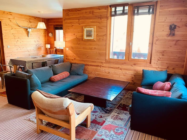 Comfortable and spacious 4 bedrooms apartment for 8 peoples located in Val d'Isere, ski-in/ski-out, 500m away from town center, free shuttle bus stop close to the residence
