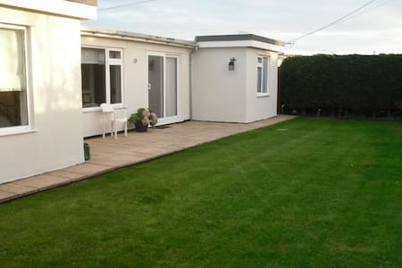 Entire Modern Bungalow by the Sea - New Romney - Bungalow