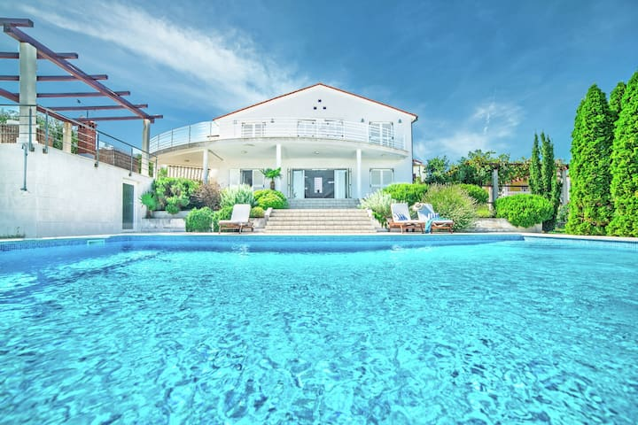 Spacious detached villa with pool, near Pula, with sea view