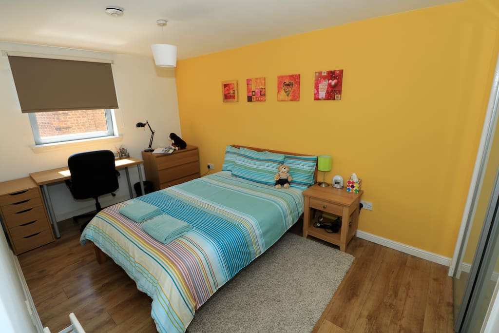 Spacious flat in Glasgow's West End: Main bedroom