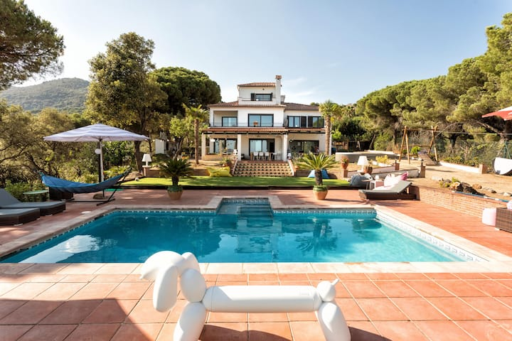 NEW LISTING: Villa with sea views and padel court!