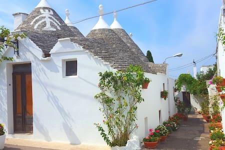 Flowery Trulli - historical center, charming place - Alberobello