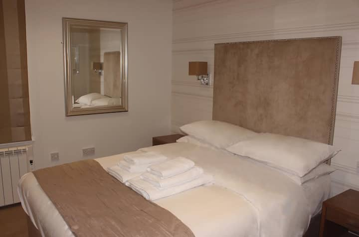 Room 5. Double Ensuite Room With Air Con