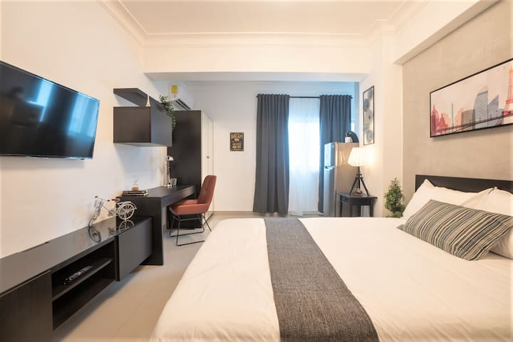 This spacious suite is fully equipped with a traveler needs, a comfortable bed, Fast WIFI, Smart TV, Spacious Bahtroom with walk-in Rain Shower, a Kitchenette and Desk