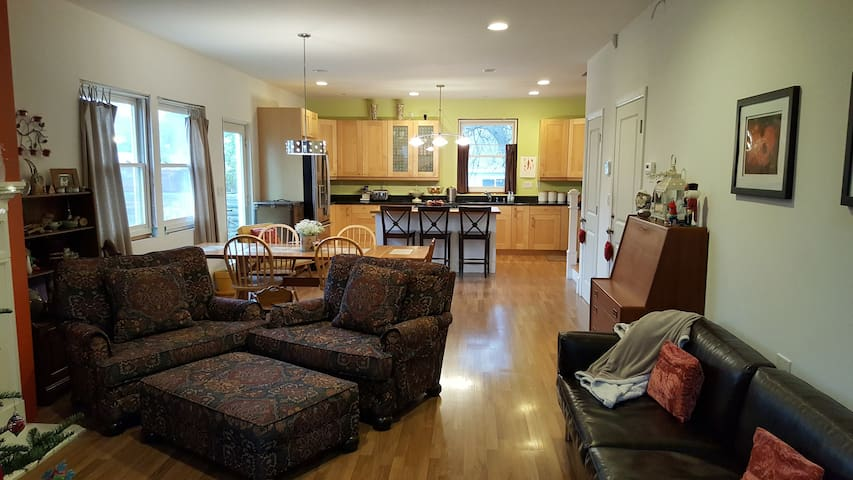 Easy access to everything for single traveler! - Pleasant Hill - House