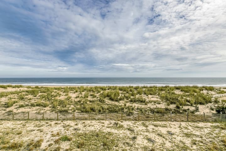 Family-friendly oceanfront condo w/private balcony, free WiFi & outdoor shower