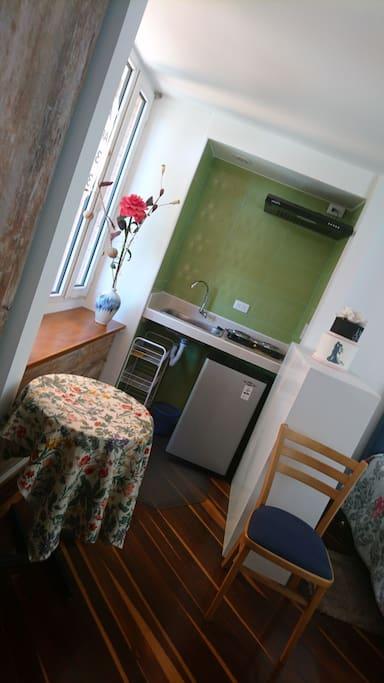 Cocina dos puestos, nevera apartamentera, lavaplatos, alacena y menaje básico