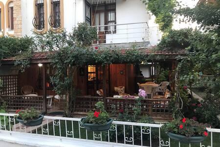 4 oda 1 salon Bahçeli balkonlu müthiş villa