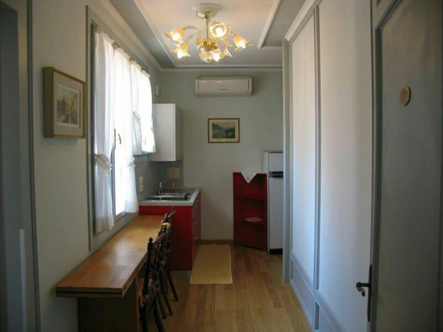 Zona soggiorno con cucina nella suite attico