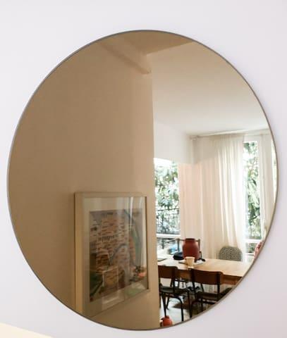 Miroir de l'escalier entre entrée et salon