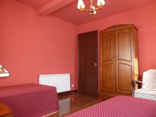 Grandes dormitorios para 4/5 pers por 10 €/noche - Oviedo - Hus