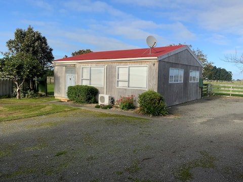 Self contained country cottage close to Town
