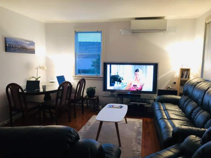 House with Backyard Good for Pets - Macquarie Park