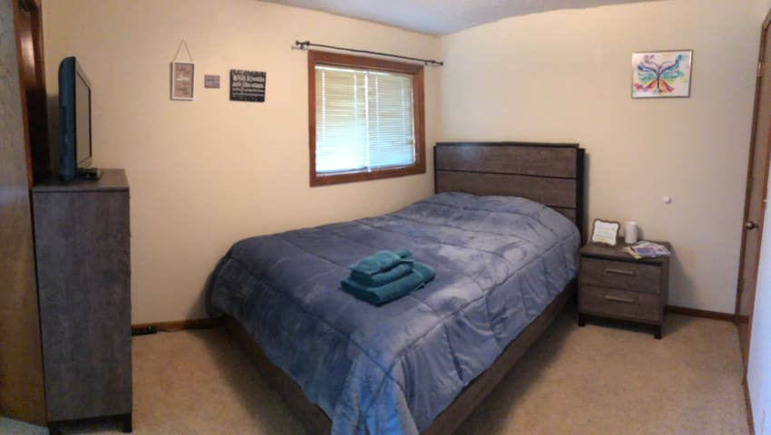 Cozy Bedroom close to Offutt & Omaha