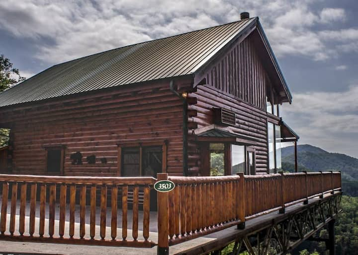 Leland's Lookout: Luxury Cabin, Hot Tub, and Stunning Mountain Views!