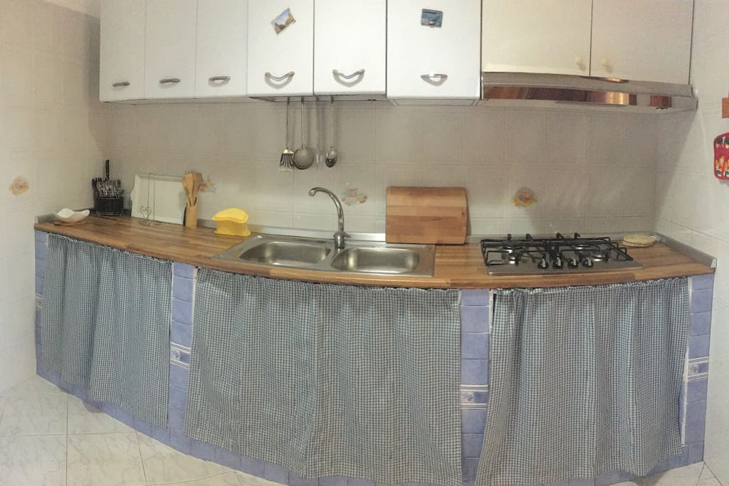 Cucina provvista di stoviglie