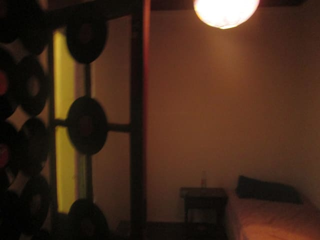Habitacion decorada con vinilos y mucha luz
