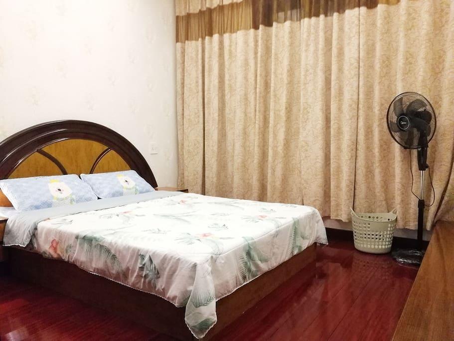实木大床和全棉床品