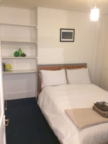 Private room in large flat great transport links. - London - Apartemen