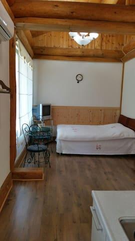 원룸형 2인 침대방입니다.