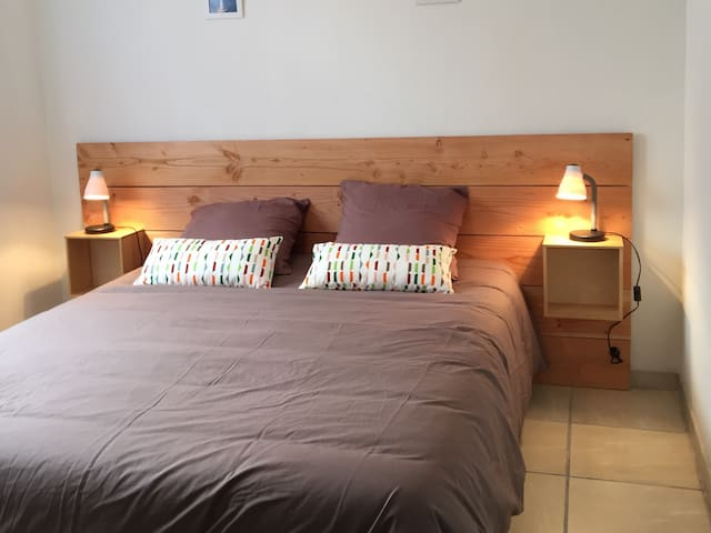 Chambre avec grand lit (160X200). Placard. Fenêtre ouvrant sur le jardin.