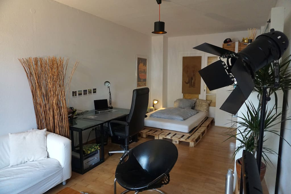 2,2 x 1,4 m matress, huge luxury desk.