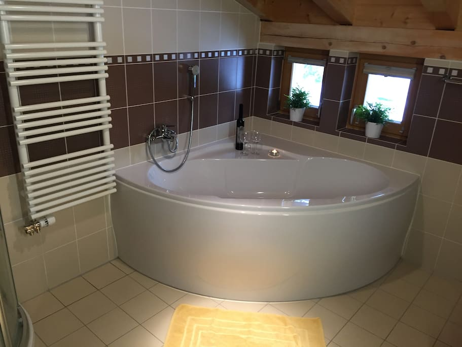 Badezimmer 1 mit Eckbadewanne