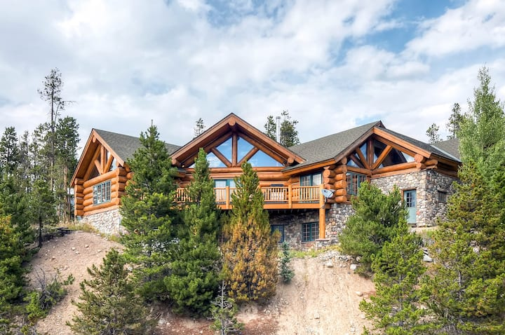 Epic Log Cabin: Hot Tub, Sauna & Chef's Kitchen