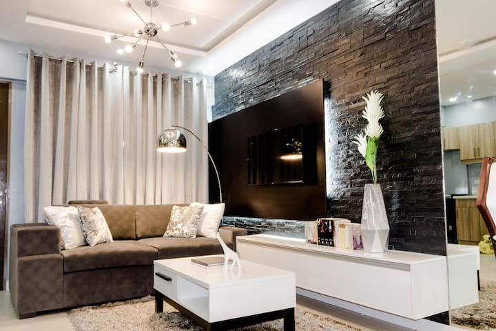 ★Modern Luxe 2BR Condo★w/ Parking & Hi-Speed WIFI