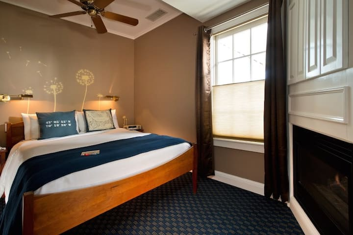 Room 5 (Queen Bed) - Benchmark Inn