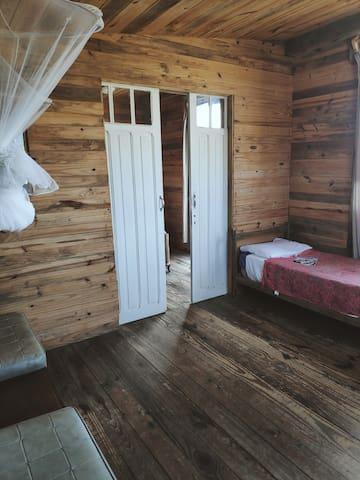 2° cuarto también en planta alta. Cama individual fija con vista al mar y 2 sillones que se hacen cama.