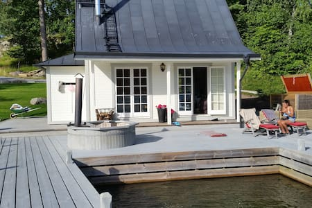 Beautiful cottage by the ocean 30m2 - Tyresö Ö - 통나무집