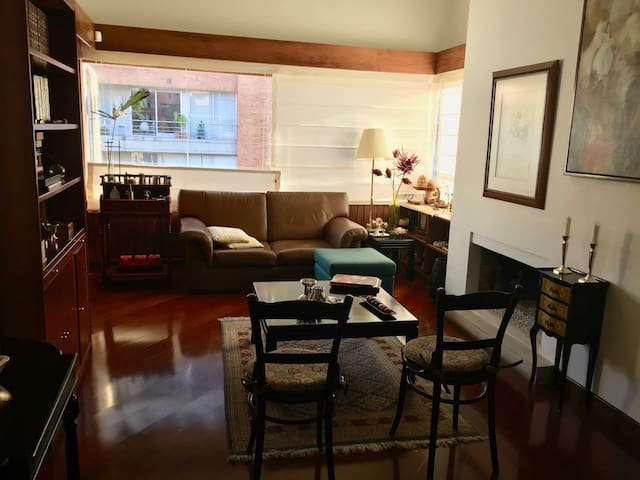 BIG AND LUMINOUS ROOM / Great location!