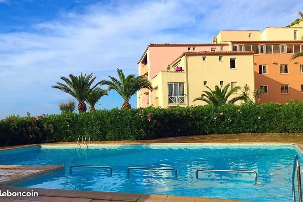 la piscine et la résidence
