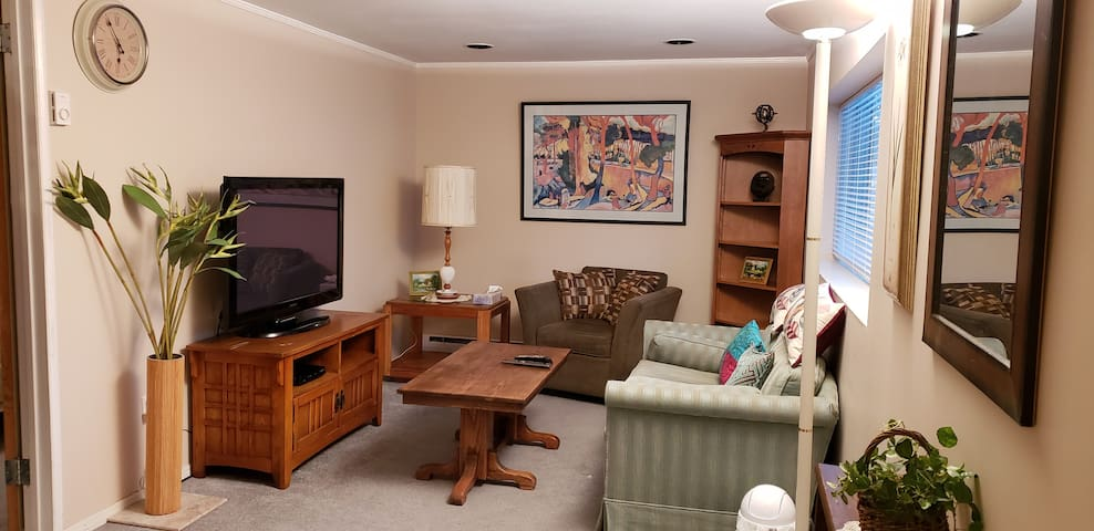 Nature-surrounded cozy 1 BR suite North Vancouver