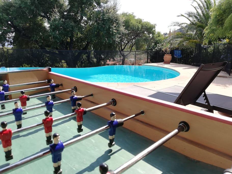 Baby-foot et piscine.