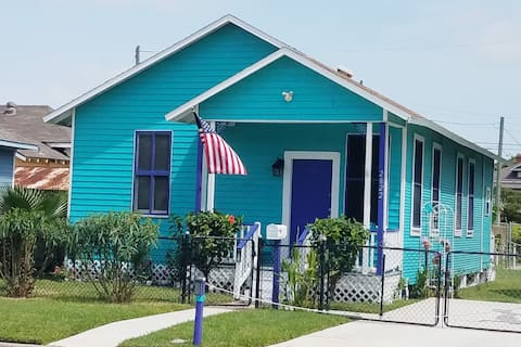 Bungalow by the Beach with view of Pleasure PIer!