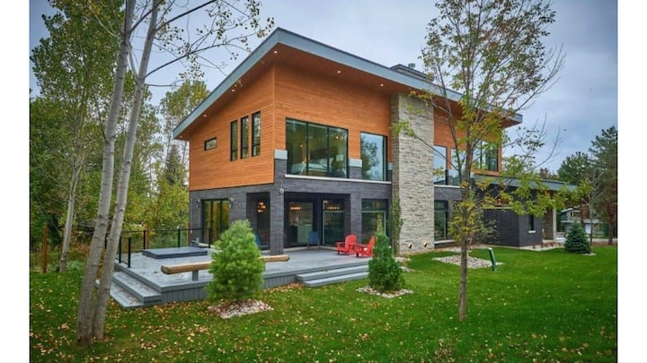 Modern chalet minutes from Blue Mntn Resort & lake