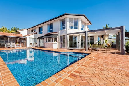 Waterfront Gold Coast Entire Holiday Home for you - Mermaid Waters - Casa