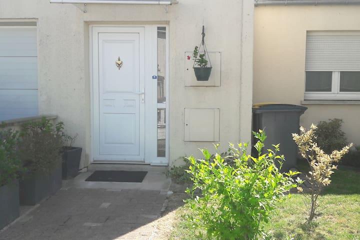 Chambre privée au calme dans maison avec jardinet