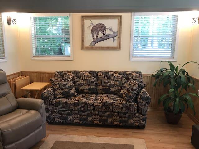 Quiet Haven Tiny House-Hottub-Pets- Asheville Mtns